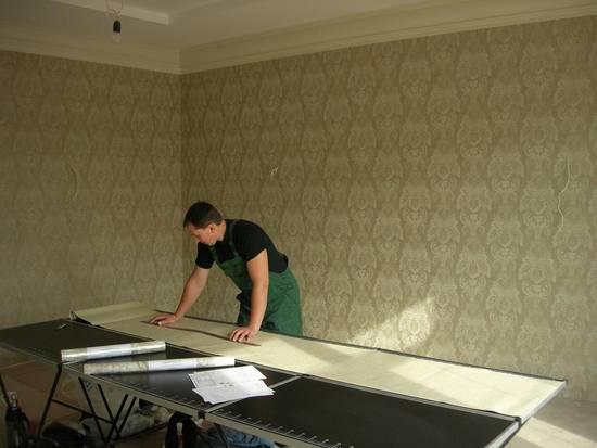 Клеим на потолок стеклохолст без проблем